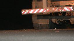 Motociclista bate contra caminhão estacionado e na sequência é atropelado por carro no Contorno Norte