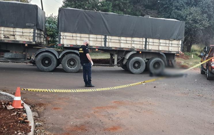 Motociclista morre após ser atropelado por carreta em Cascavel