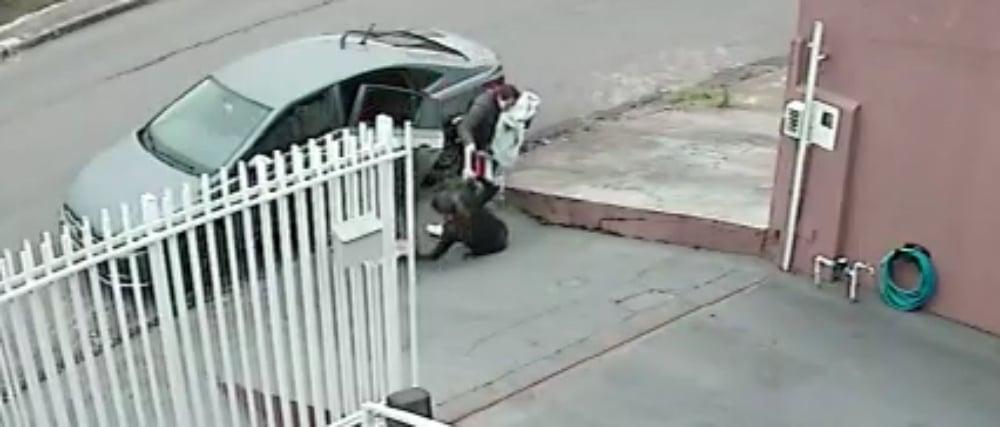 Vídeo flagra mulher sendo 'engolida' por buraco na calçada em Colombo; assista