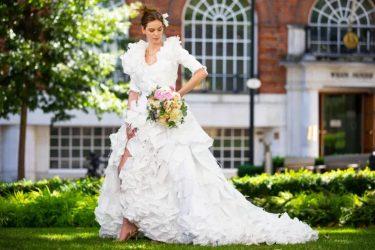 Vestido de noiva é criado com 1500 máscaras anti-Covid-19 abandonadas
