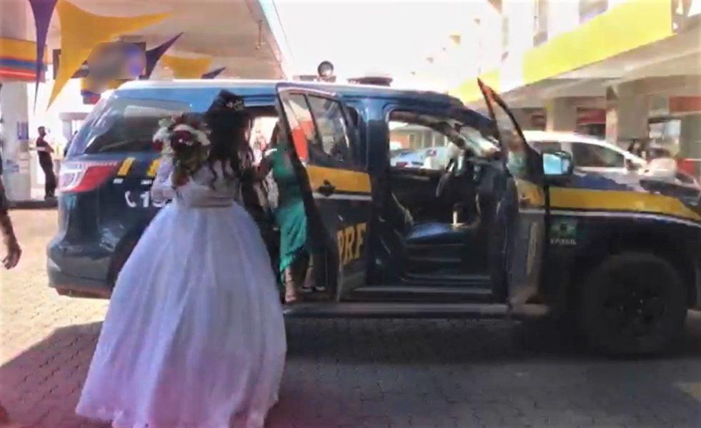 Noiva chega ao casamento com viatura da PRF após carro estragar na rodovia