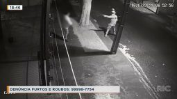Câmeras registram bandido violento e armado roubando vítima na rua