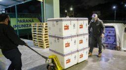 Paraná recebe mais 298,2 mil vacinas da AstraZeneca; lote contém apenas segundas doses