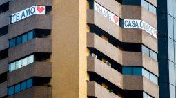 VÍDEO: Contador pendura faixa em prédio de Curitiba (PR) para pedir professora em casamento
