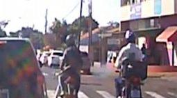 Piloto de moto com perna quebrada e muleta é flagrado furando o sinal em Londrina