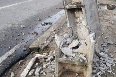 Carro bate em poste que já foi trocado 10 vezes em rua de Curitiba