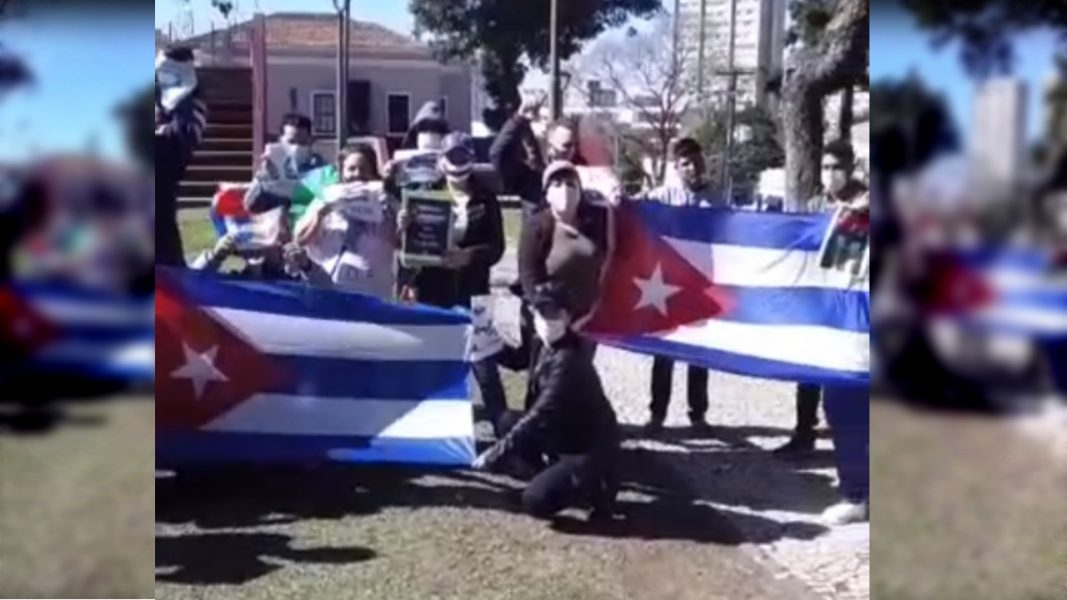 Cubanos realizam protesto em Curitiba, pedindo a liberdade do país do comunismo