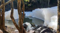 Espuma espessa e com mau cheiro no Rio São Francisco, em Cascavel, chama a atenção dos moradores