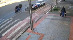Vídeo: rodado de caminhão atravessa avenida de Maringá e faz 'strike' em motos estacionadas