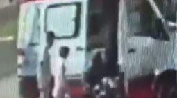 Equipe do SAMU salva bebê engasgado enquanto abastecia ambulância em Umuarama; assista