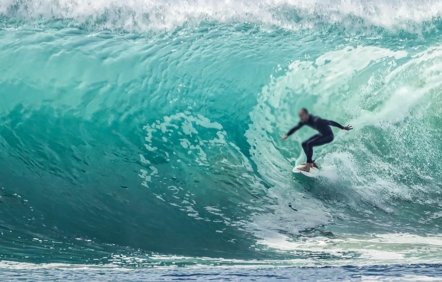 Surfista morre após cair de prancha em praia de Florianópolis (SC)