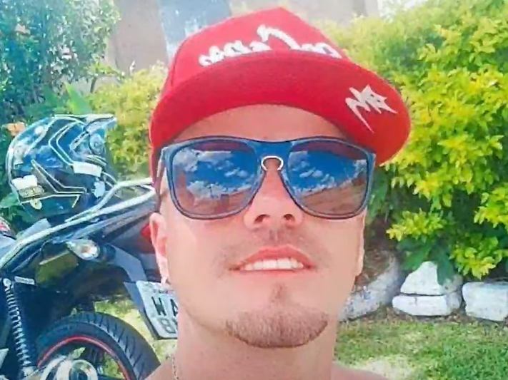 Homem baleado por amigo de infância enquanto brigava com a namorada permanece internado
