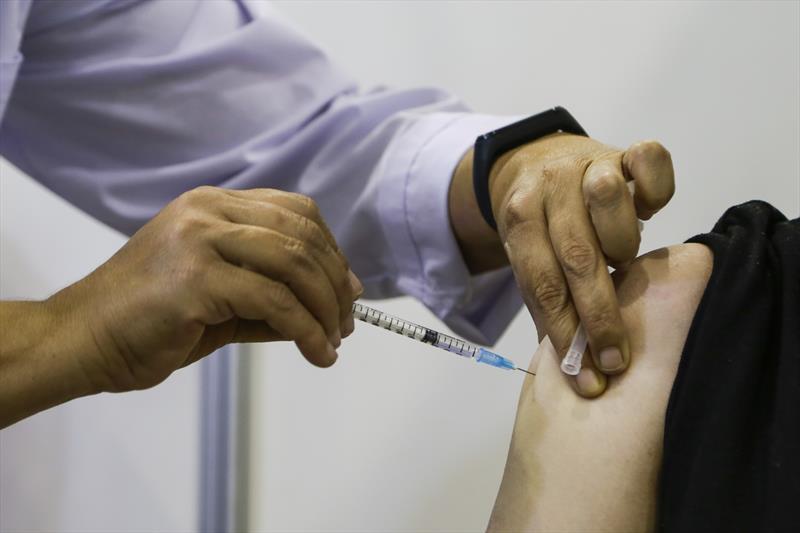 Veja o cronograma de vacinação contra covid-19 em Apucarana, Arapongas, Cambé e Londrina