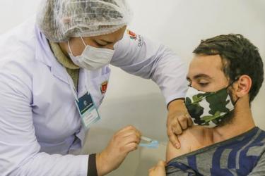 Curitiba vacina pessoas com de 36 anos completos, gestantes e puérperas neste sábado (24)