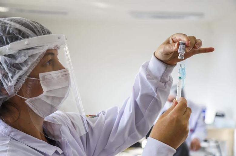 Curitiba vacina nascidos em 1985 com primeira dose nesta quinta-feira (29)