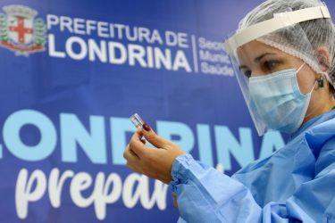 Londrinenses com 33 anos ou mais já podem agendar vacinação contra a covid-19
