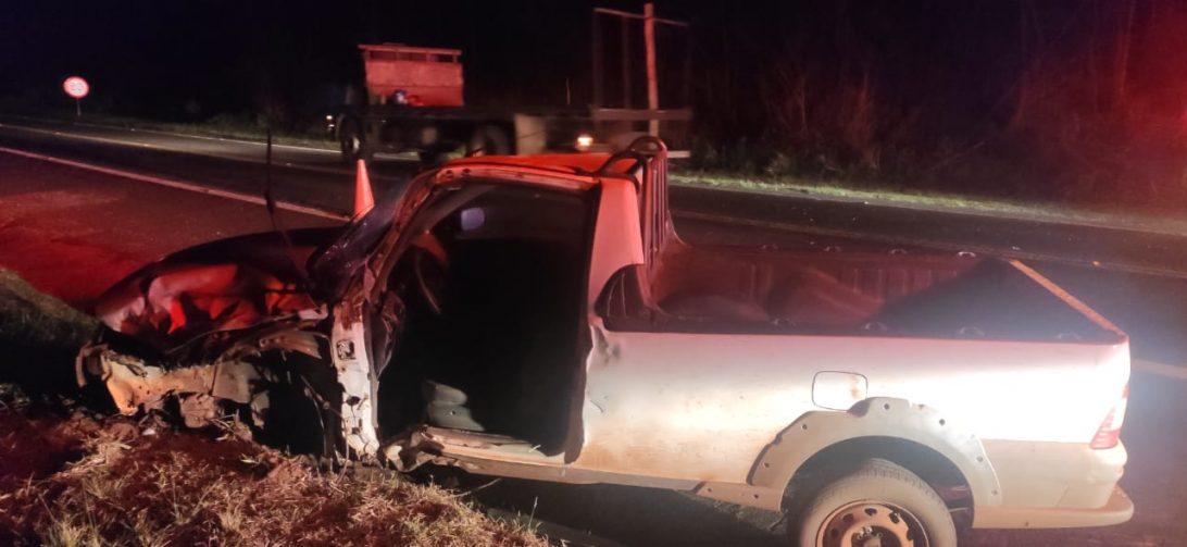 Motorista fica gravemente ferido após bater o carro contra ambulância na BR-376