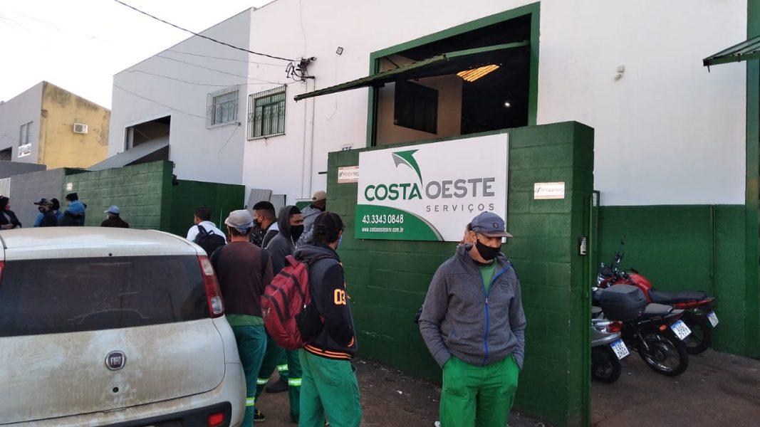 Trabalhador é detido pela PM durante greve de funcionários da capina, em Londrina