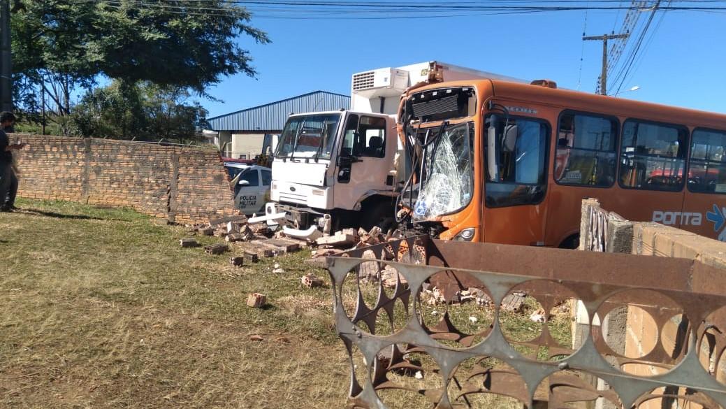 Acidente entre ônibus e caminhão deixa 11 feridos em Ponta Grossa