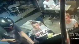 Vídeo: homem se mantém calmo e come frango frito durante assalto
