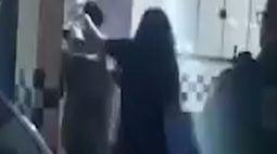 Vídeo: Indivíduo apanha da mãe na delegacia após roubar e espancar motorista de app