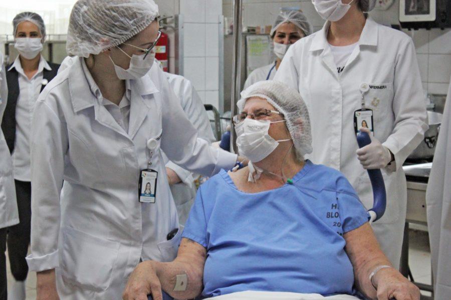 Ex-cozinheira, paciente internada no Costa Cavalcanti realiza desejo de visitar cozinha do Hospital