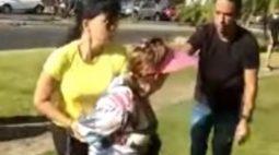"""VÍDEO: Idosa chama homens de """"negrada do inferno"""" e chuta PM ao ser detida"""
