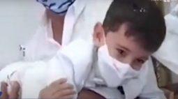 """VÍDEO: Menino viraliza ao 'brigar' com padre em batizado: """"Não tá sabendo batizar, não?"""""""