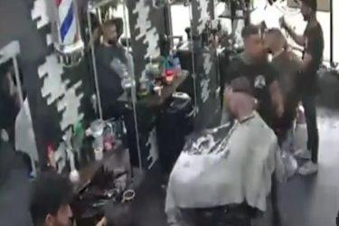 Homem é morto após levar tiros enquanto cortava o cabelo em barbearia; veja o vídeo