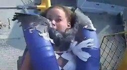 VÍDEO: Jovem é 'atropelada' por pássaro em montanha russa