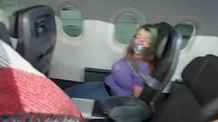 Vídeo: Mulher é amarrada com fita adesiva em poltrona após tentar abrir a porta de avião