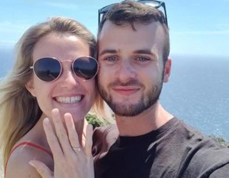 """Jovem morre duas semanas antes do casamento e noivo """"se casa"""" com ela no enterro"""