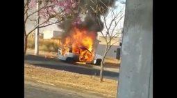 Homem põe fogo no próprio carro para evitar que o veículo fosse guinchado
