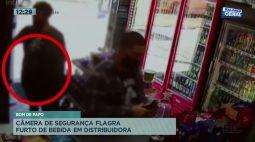 Câmera de segurança flagra furto de bebida em distribuidora