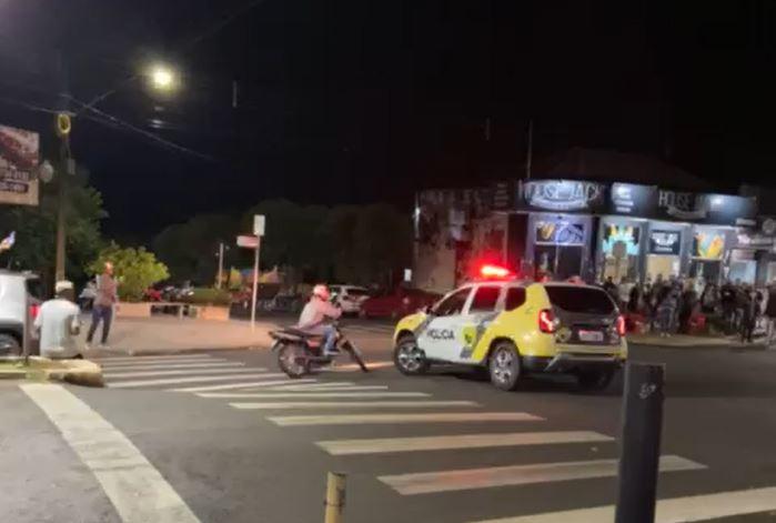 Motociclista tenta fugir de abordagem, mas leva 'voadora' de policial; assista