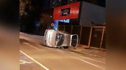 Carro tomba no centro de Londrina e bebê sai ileso por estar na cadeirinha