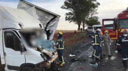 Caminhoneiro morre após colidir contra carreta na PR-323, em Jussara