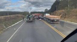 Grave acidente entre carro e caminhão deixa duas pessoas mortas na Lapa