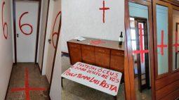 """Jovem mata os pais a facadas em casa; local tinha uma Bíblia rasgada, cruzes invertidas e """"666"""""""