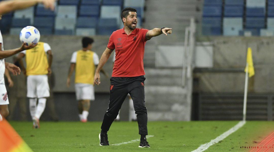 António Oliveira deixa o comando técnico do Athletico