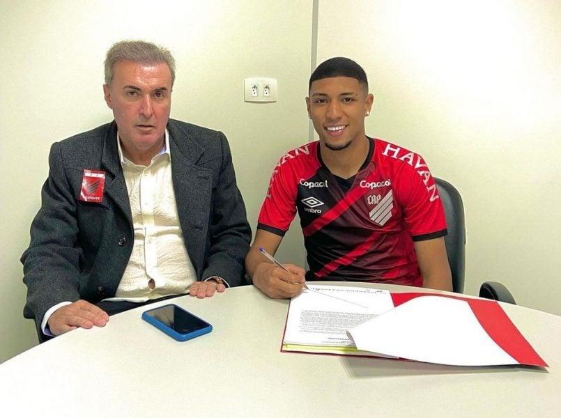 Athletico exerce a opção de compra e assina com o zagueiro João Pedro até julho de 2025