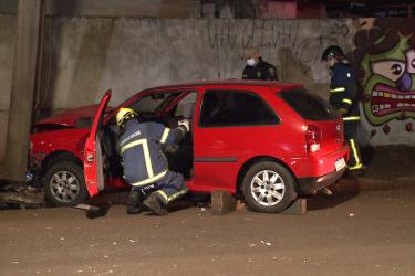 Após colisão contra poste, motorista foge e deixa amigos presos no veículo em Londrina