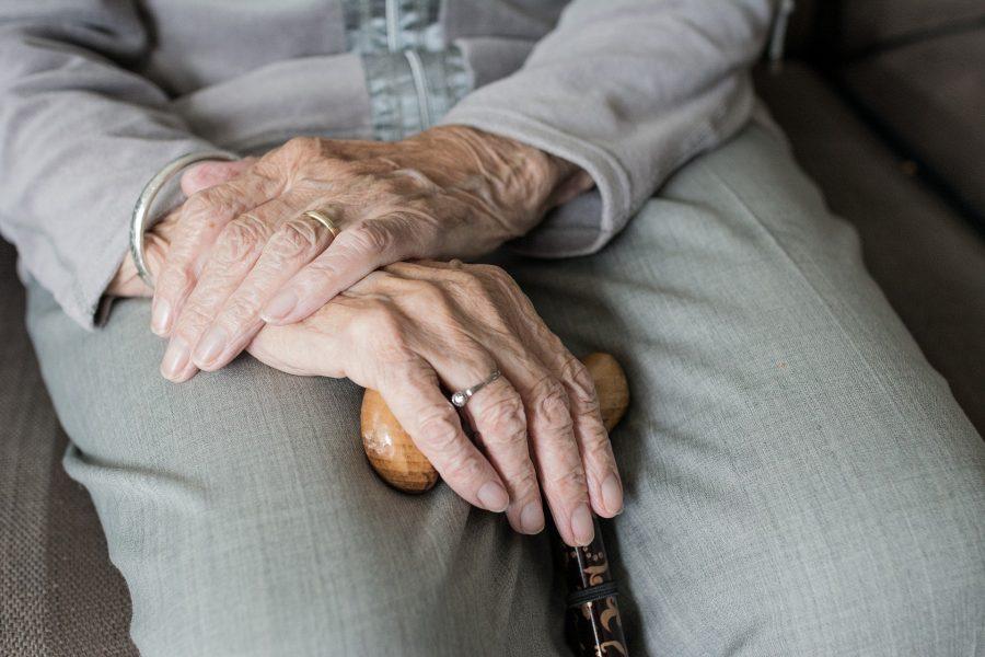 Dona de lar de idosos é presa após morte de morador; vítima relatou que era mantida dopada e sofria agressões