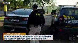 Dupla em carro roubado usa até ejetor de fumaça em perseguição