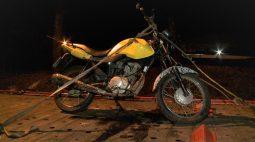 Motociclista bate contra guincho e aproveita para pedir que o veículo leve a moto embora