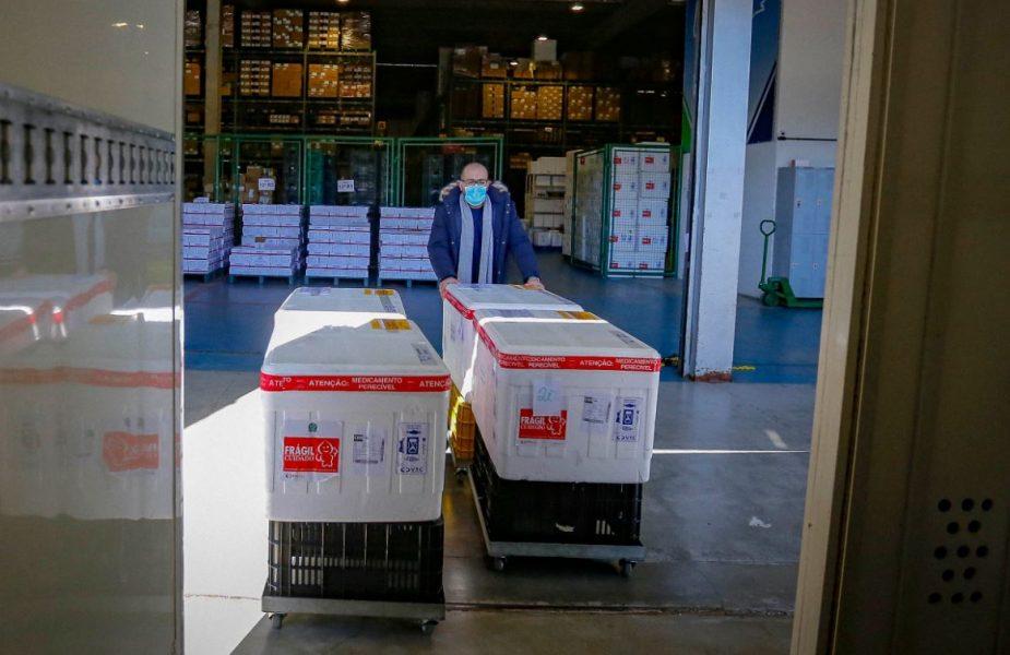 Paraná recebe 57 mil doses da CoronaVac hoje (4); outras 129 mil doses da Pfizer chegam nesta quinta-feira (5)