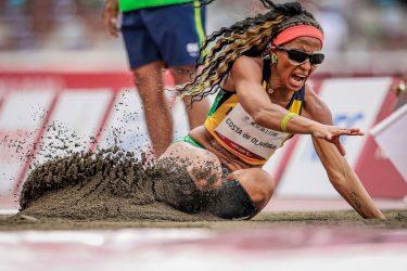Silvania Costa alcança 5,00m no salto em distância T11 e conquista ouro