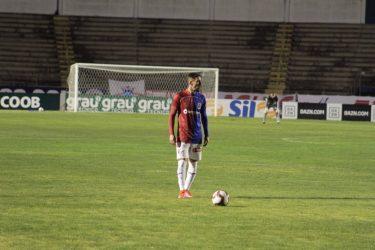 Paraná busca empate contra o líder nos acréscimos da partida