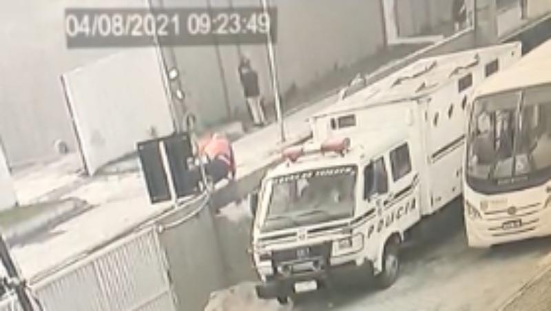 Preso foge algemado do Centro de Triagem de Curitiba; vídeo flagrou homem pulando muro, assista