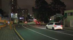 Prefeitura de Curitiba reforça sinalização em curva que acumula acidentes na Avenida Brasília